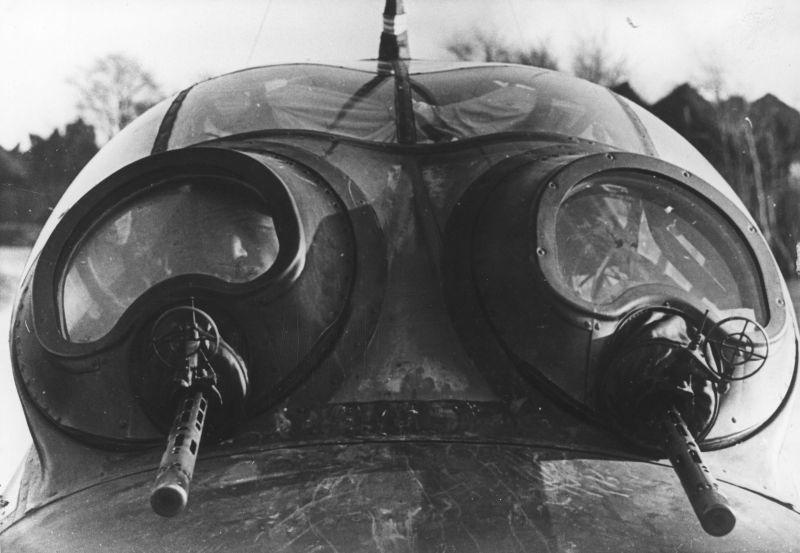 Верхние оборонительные установки пулеметов MG-81 бомбардировщика Ю-88A-4. 1942 г.