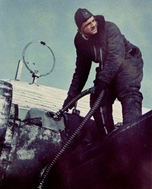 Заправка самолета Юнкерс Ю-52 на Восточном фронте. 1942 г.