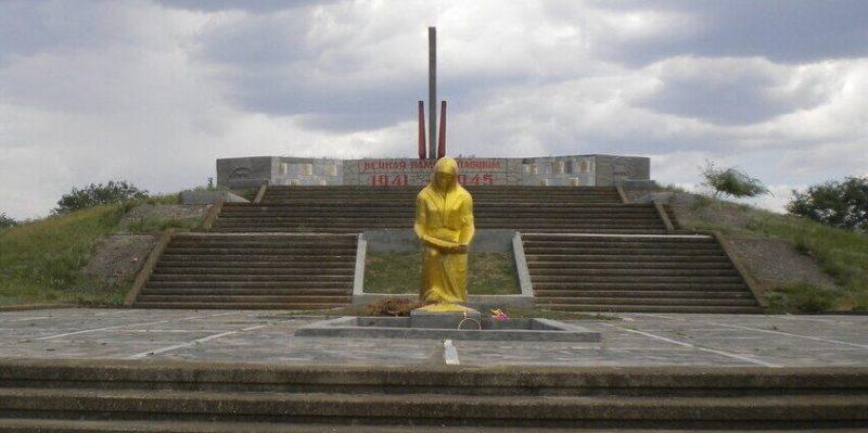 с. Золотаревка Ипатовского р-на. Памятник советским воинам, погибшим воинам в годы войны.