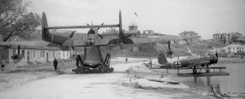 Гидросамолеты BV-138 и Ar-196 на стоянке в Севастополе. 1942 г.