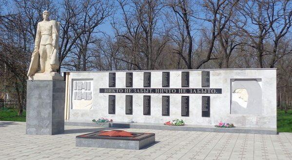 с-з. «Ипатовский». Мемориал воинам, погибшим в годы войны.
