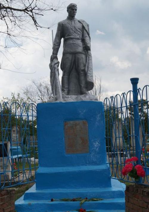 г. Ипатово кладбище. Памятник, установленный на братской могиле, в которой похоронено 16 советских воинов, погибших в борьбе с немецко-фашистскими захватчиками.