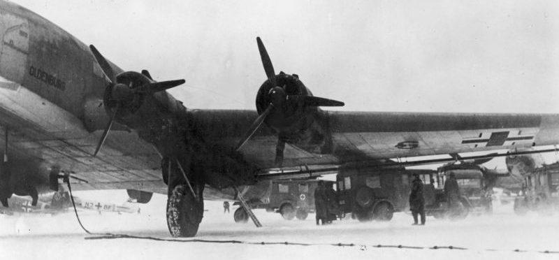 Транспортный самолет Юнкерс Ю-290 на аэродроме Питомник в районе Сталинграда. Январь 1943 г.