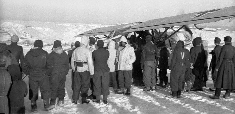 Самолет Физелер Fi.156 «Шторьх» прилетевший для эвакуации раненых немецких офицеров. Курская область, январь 1943 г.