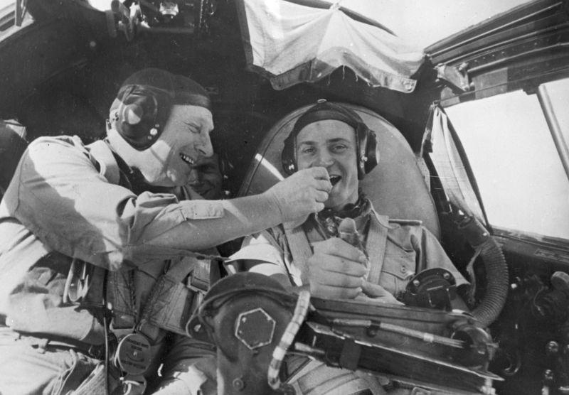 Летчики в кабине бомбардировщика Хейнкель He-111 в Северной Африке. Февраль 1943 г.