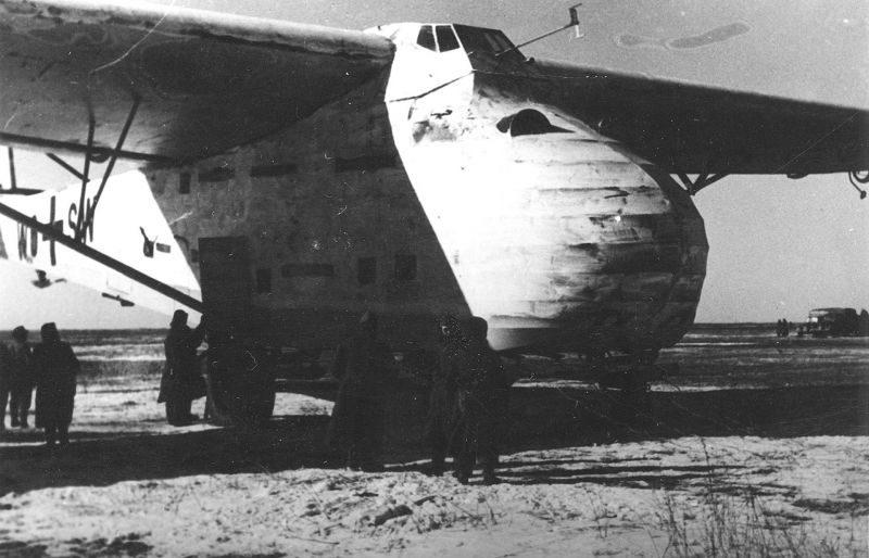 Немецкие солдаты около транспортного планера «Мессершмитт» Me. 321 под Керчью. Февраль 1943 г.
