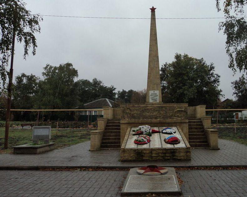 с. Пелагиада Шпаковского р-на. Памятник, установленный на братской могиле воинов, погибших в годы Гражданской и Великой Отечественной войн.