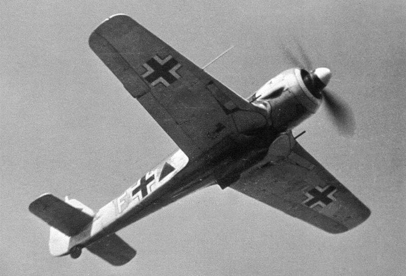 Истребитель-бомбардировщик Фокке-Вульф Fw.190A-5 в полете. Апрель 1943 г.