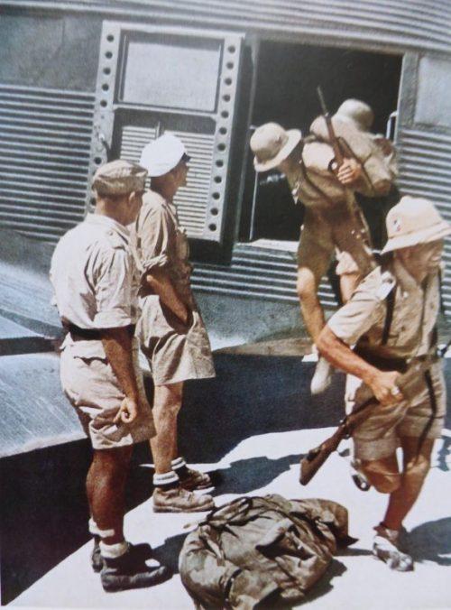 Немецкие солдаты высаживаются из военно-транспортного самолета Юнкерс Ю-52 на аэродроме в Тунисе. Март 1943 г.