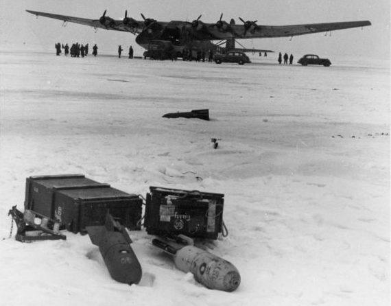 Разгрузка тяжелого транспортного самолета Me.323 на аэродроме Смоленск. Март 1943 г.