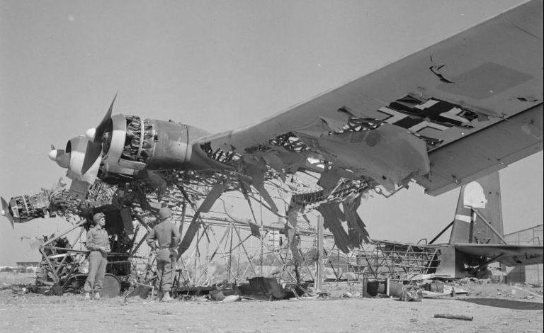 Разбитый самолет Messerschmitt Me.323 Gigant на аэродроме Эль-Аоуина. Май 1943 г.