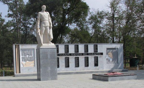 п. Красочный Ипатовского р-на. Мемориал советским воинам, погибшим в годы войны.