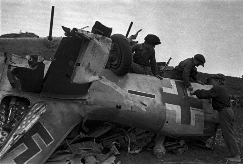 Подростки у истребителя Fw. 190, сбитого во время боев на Курской дуге. Август 1943 г.