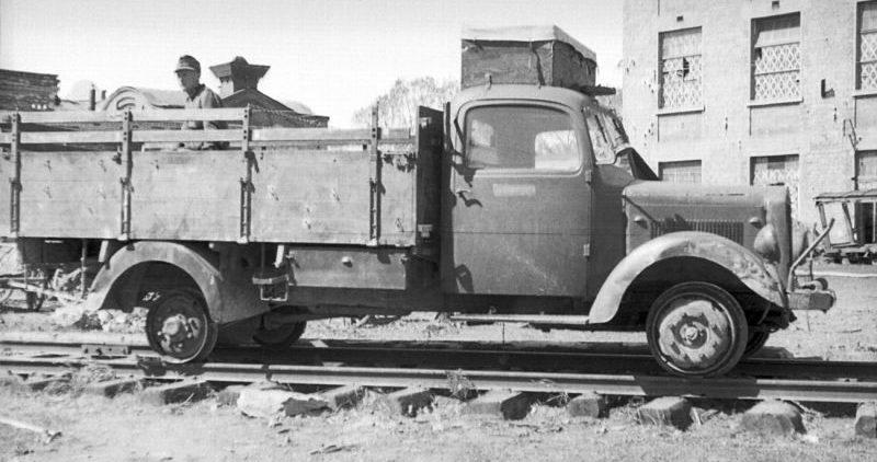 Немецкий грузовик на рельсах железной дороги. 1942 г.