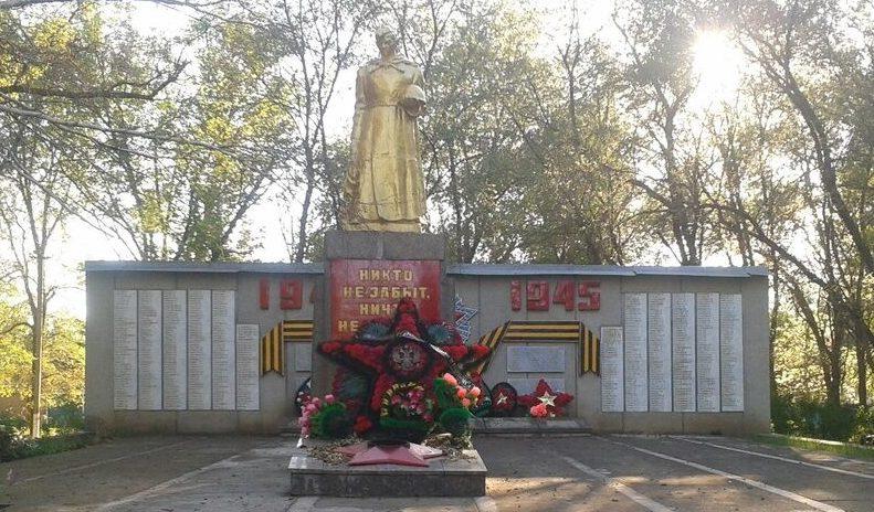 с. Октябрьское Ипатовского р-на. Памятник, установленный на братской могиле советских воинов, павших в 1942-1943 гг.