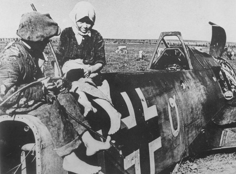 Дети из освобожденной деревни под Глуховым Сумской области на сбитом истребителе Fw-190.Сентябрь 1943 г.