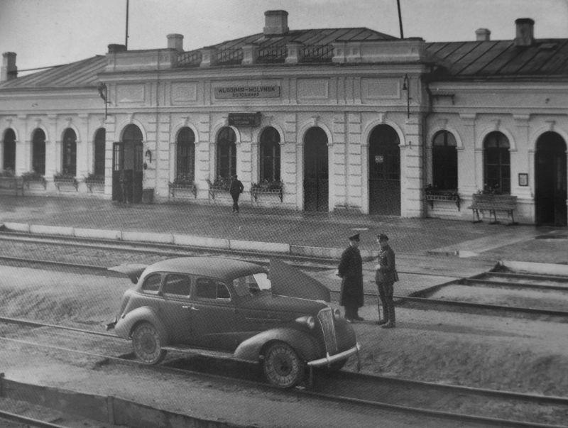 Автомобиль «Шевроле» на рельсовом ходу у вокзала во Владимире-Волынском. 1942 г.
