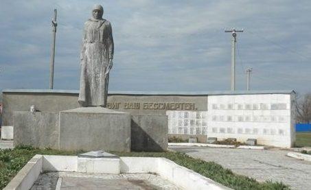 с. Первомайское Ипатовского р-на. Памятник «Скорбящая мать».
