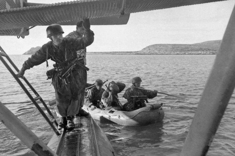 Парашютисты садятся в лодки с гидросамолета Юнкерс Ю-52 для высадки на остров Левита в Эгейском море. Октябрь 1943 г.