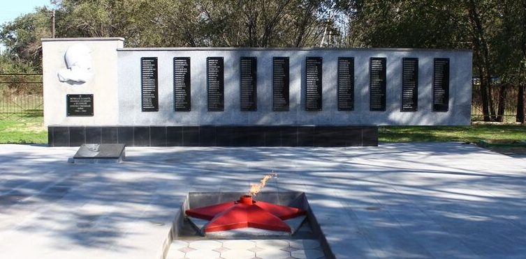 п. Советское Руно Ипатовского р-на. Памятник односельчанам, погибшим в годы войны.