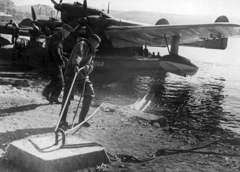 Швартовка немецкой разведывательной летающей лодки BV 138 в Севастополе. Декабрь 1943 г.