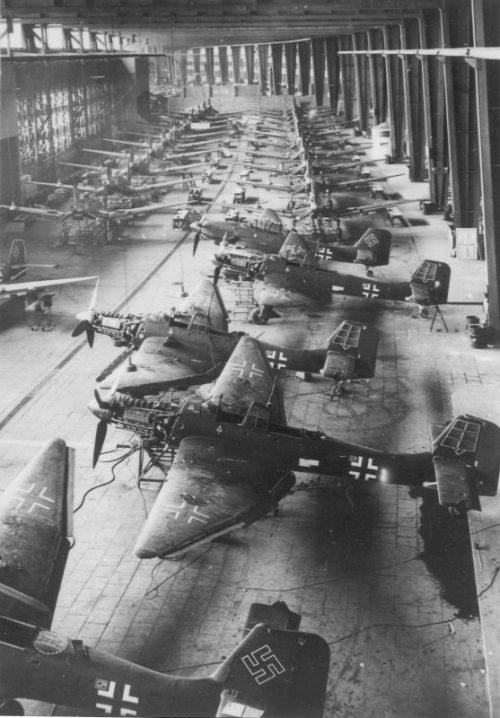 Сборочный цех бомбардировщиков Ю-87 завода Weser-Flugzeugbau в ангарах аэропорта Темпельхоф в Берлине. 1943 г.