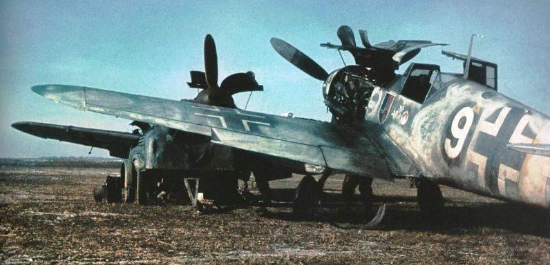 Обслуживание немецких истребителей Мессершмитт Bf. 109G-2 на аэродроме Славянск. 1943 г.