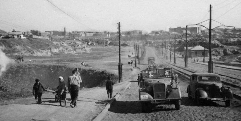 Немецкие автомобили на Ленинском проспекте в оккупированном Сталино. 1942 г.
