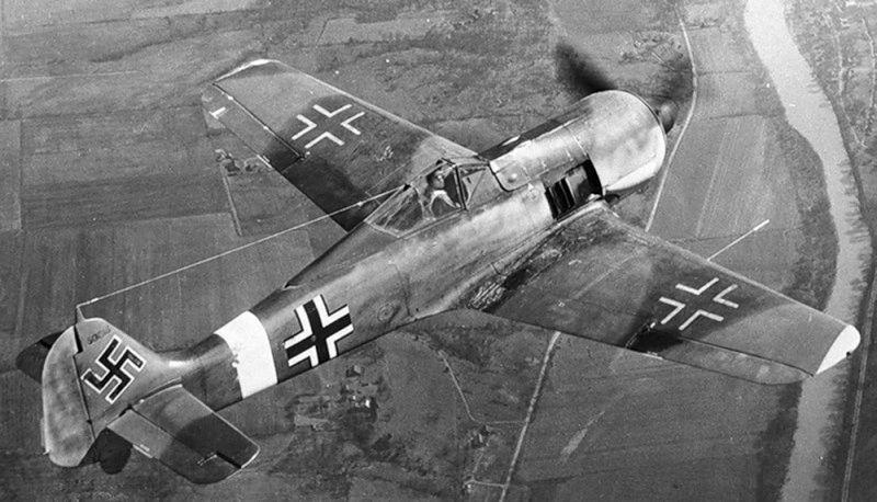 Истребитель Фокке-Вульф Fw-190 в полете. 1943 г.