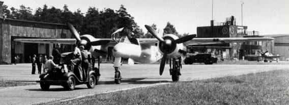 Двухместный ночной истребитель Фокке-Вульф Ta-154 буксируется по аэродрому. 1943 г.