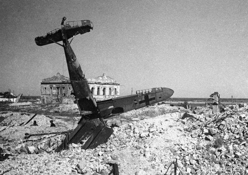 Подбитый истребитель Мессершмитт Bf.109 в центре Сталинграда. Лето 1943 года.