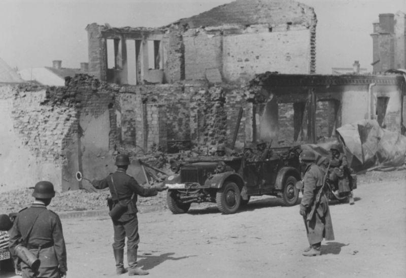 Автомобиль «Stoewer» на улице разрушенного советского города. 1942 г.