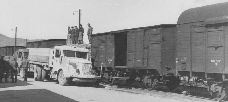 Грузовик «VOMAG LKW» под погрузкой. 1942 г.
