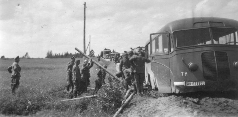 Забуксовавший автобус на дороге в СССР. 1942 г.