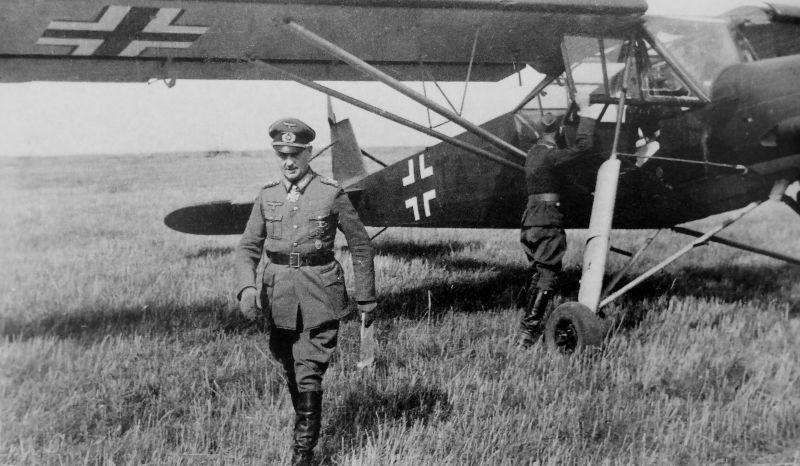 Командующий немецкой 9-ой армией генерал-полковник Вальтер Модель у самолета Fi 156. Лето 1943 г.
