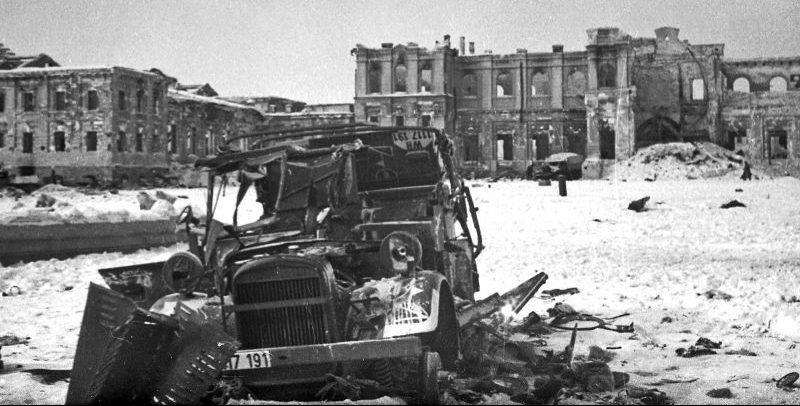 Разбитый автомобиль «Хорьх- 901» на Вокзальной площади в Сталинграде. Февраль 1943 г.