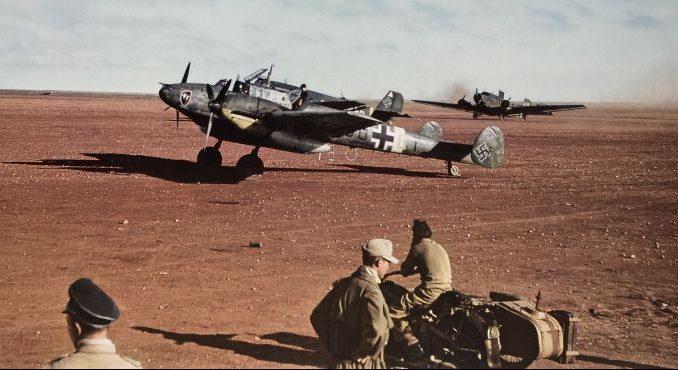 Подготовка к вылету тяжелого истребителя «Мессершмитт» Bf. 110 в Северной Африке. 1943 г.
