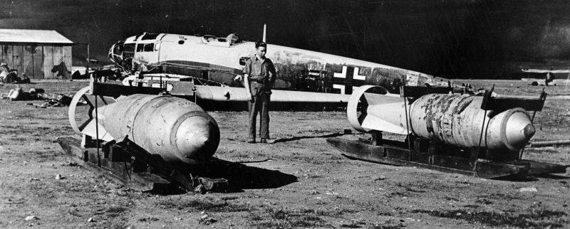 Немецкие 1000-кг авиабомбы SC 1000 на аэродроме Бенгази, захваченном англичанами. Бенгази, Ливия, 1943 г.