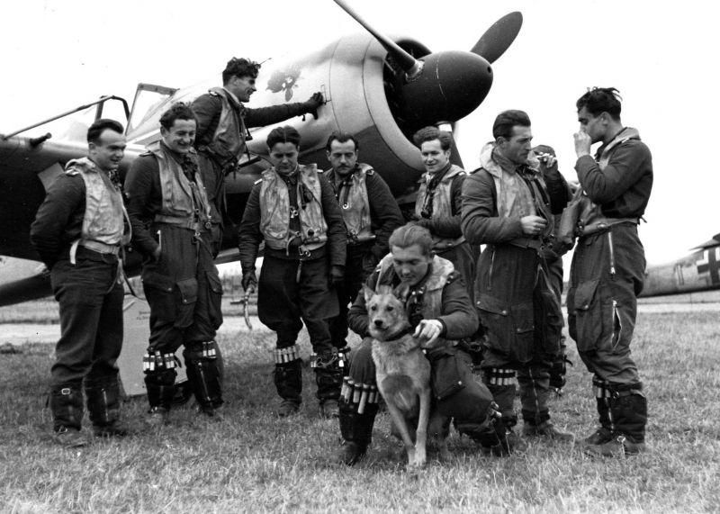 Летчики 9-й эскадрильи 2-й истребительной эскадры люфтваффе у истребителя Fw-190 на аэродроме во Франции. 1943 г.