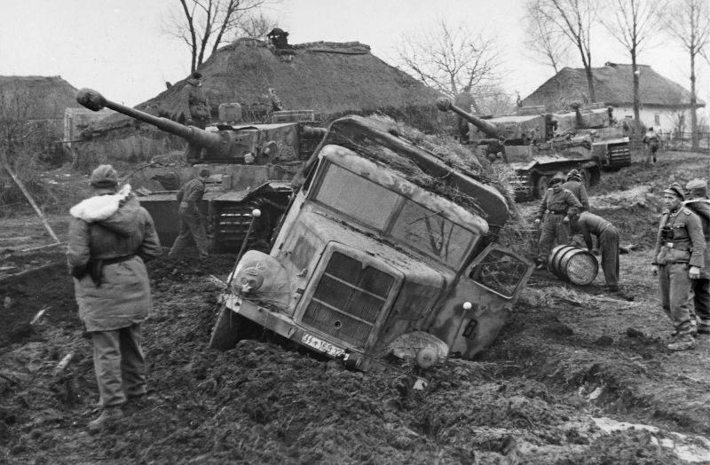 Застрявший грузовик «MAN ML-4500» в районе Винницы. Ноябрь 1943 г.