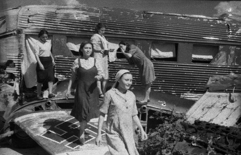 Общежитие, устроенное в фюзеляже транспортного самолета Юнкерс Ю-52. Сталинград, 1943 г.