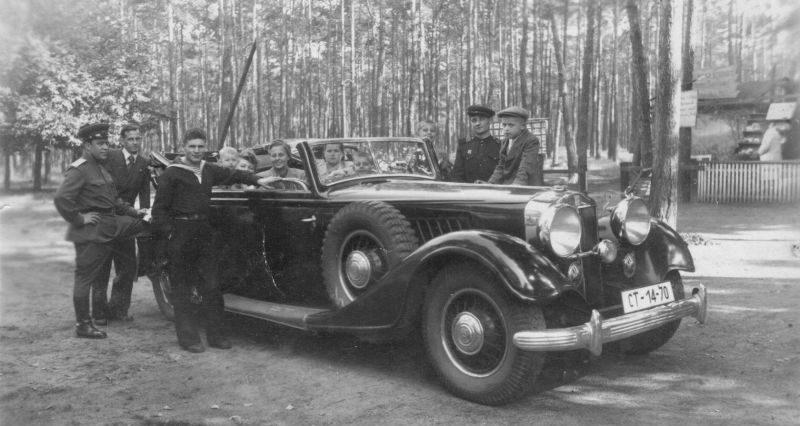 Родственники генерала Баграмяна в трофейном немецком автомобиле «Хорьх». 1943 г.