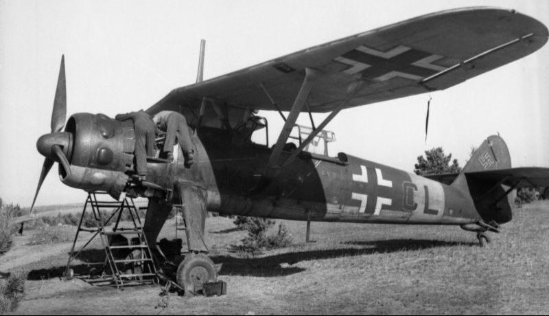 Авиатехники ремонтируют двигатель самолета-разведчика Hs-126 в СССР. 1943 г.