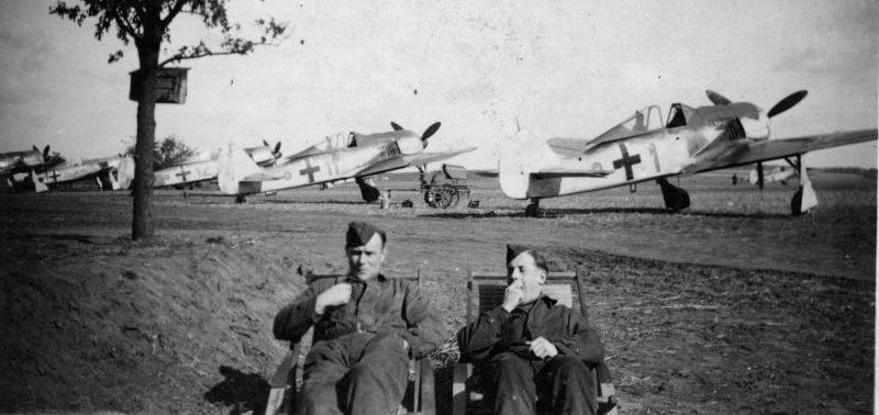 Авиатехники дежурят на аэродроме Делен. 1943 г.