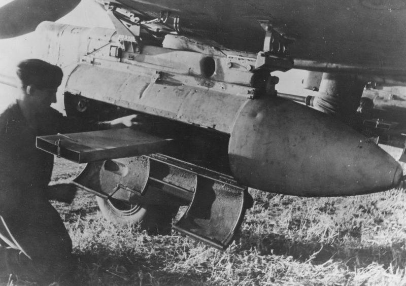 Техник обслуживает 37-мм пушку ВК 3,7 под крылом штурмовика Юнкерс Ю-87. 1943 г.