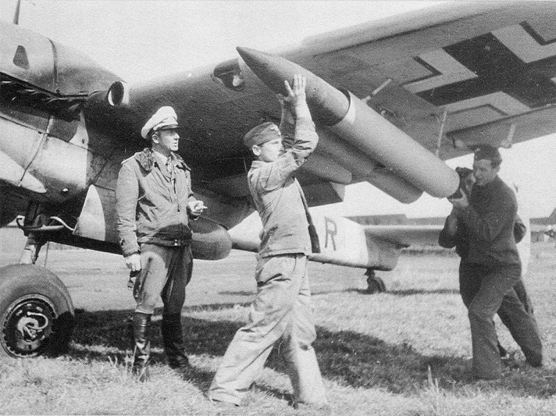 Заряжание 210-мм неуправляемой ракеты WerferGranate 21 на истребитель Мессершмитт Bf.110G-2. 1943 г.