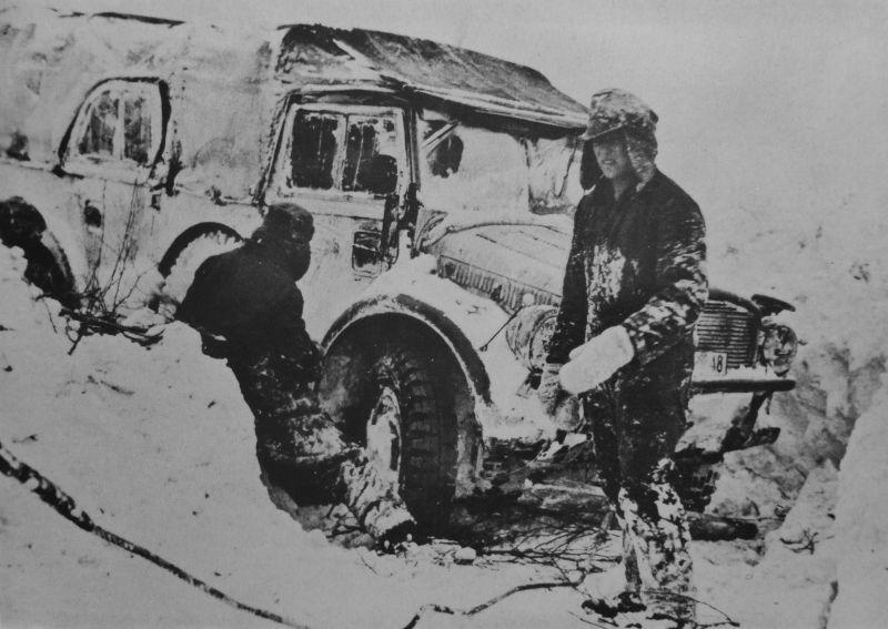 Автомобиль «Хорьх 108» в укрытии, вырытом в снегу. 1943 г.