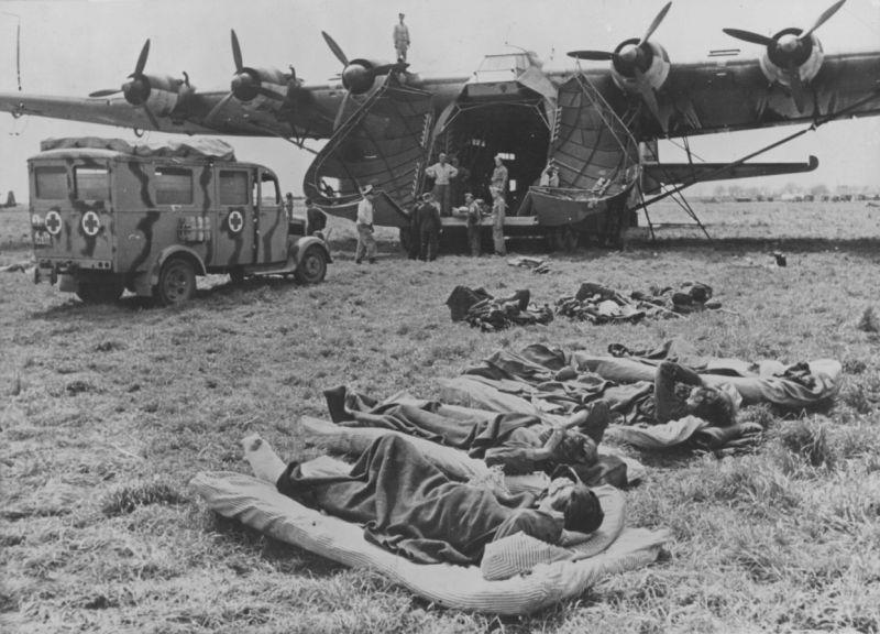 Раненые перед погрузкой в тяжелый немецкий транспортный самолет Мессершмитт Me.323D-6 «Гигант» в Тунисе. 1943 г.