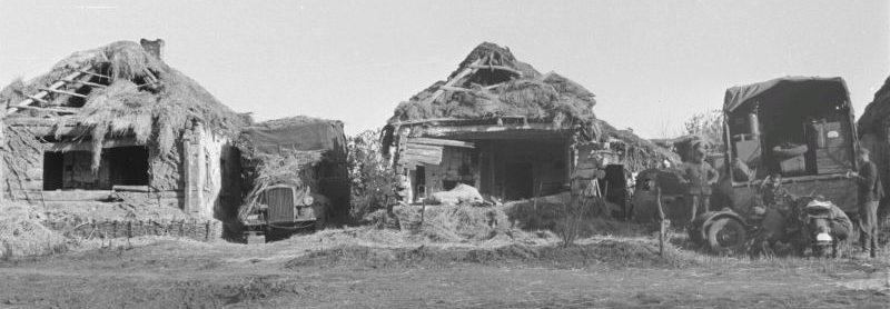 Грузовики Вермахта, замаскированные между деревенскими домами в Курской области. 1943 г.