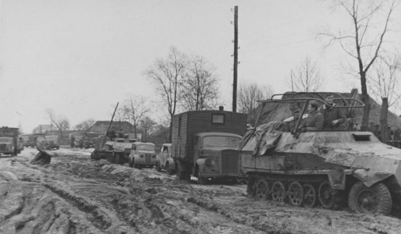 Немецкая штабная колонна на улице украинского населенного пункта. 1943 г.